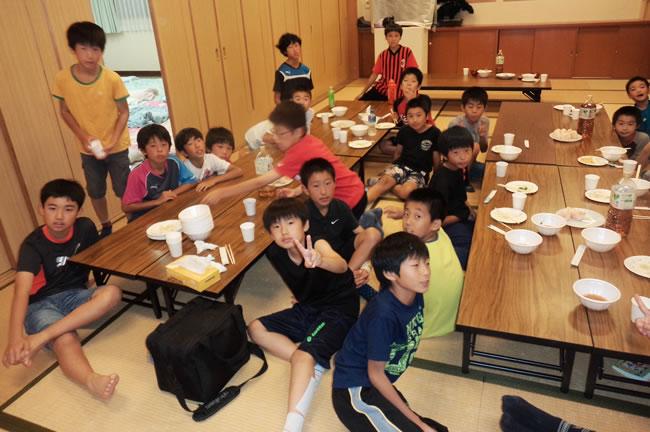 ⑥ 公民館にて、地元のブランチFCの子たちと楽しいひととき。翌日は各家庭にホームステイさせていただいた!