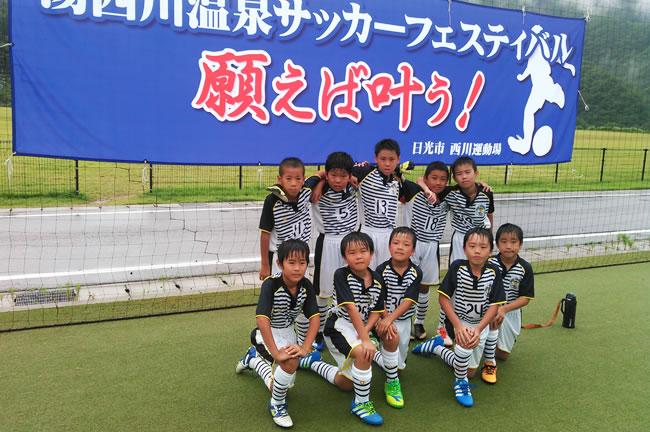 ④ 参加メンバー全員集合。大自然の中、サッカーを楽しんだ!