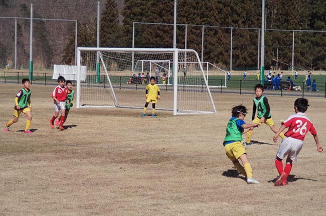 キャンプ初日、グランドに着いてアップ後、松原FCとの練習試合を行った