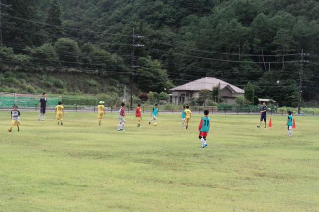 合宿初日、練習ゲームの後、コーチと一緒に隣の芝生グランドでミニゲームを楽しんだ!