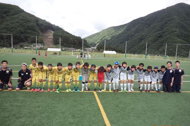 今回参加したメンバー17名。2チームに分かれて試合をおこなった。