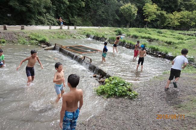 昨夜の大雨で川には入れなかったので、みんなで水遊び。